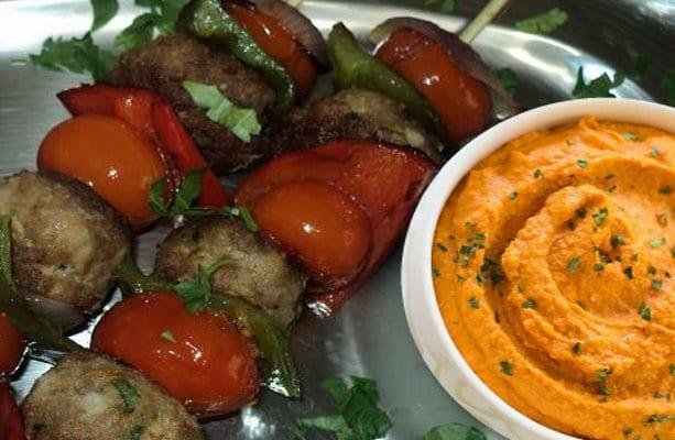 κεφτεδάκια σε καλαμάκι deep κόκκινης πιπεριάς - Ματωμένος κεφτές - Συνταγές - Μαριάννα Λαγουμίδη