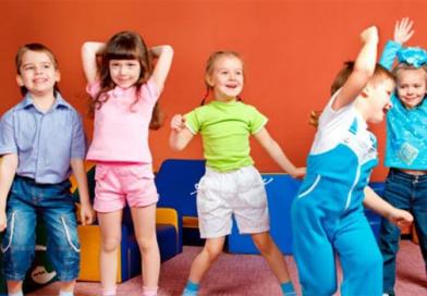 Πώς να βοηθήσω το παιδί μου να κάνει φίλους;